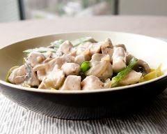 Poulet aux champignons rapide : http://www.cuisineaz.com/recettes/poulet-aux-champignons-rapide-36354.aspx