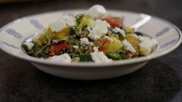 Jeroen Meus recept: quinoa met feta, courgette en paprika.