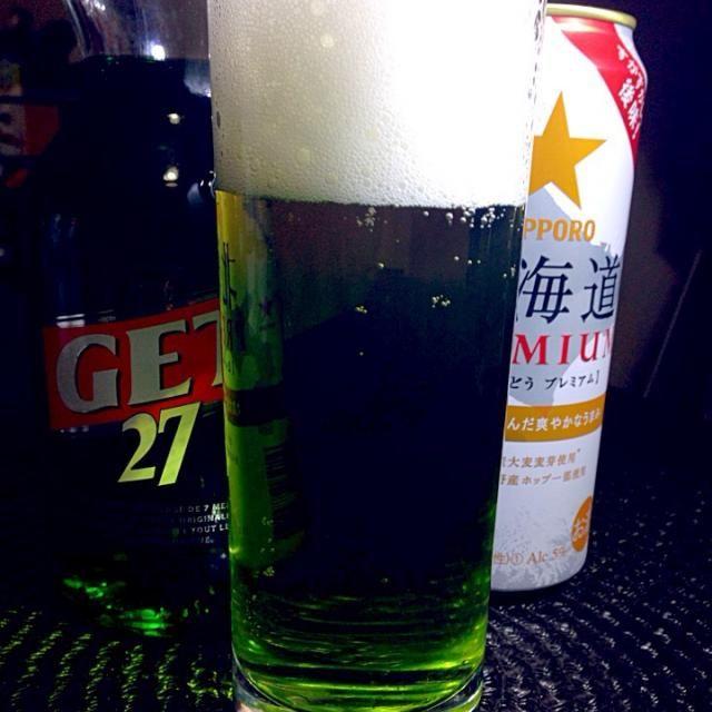 北の大地のミント・ビア  北海道プレミアムは発泡酒ですけど、細かいことは…  いやー、極まりない飲みやすさ。後からくるミントの爽快感…うまし  サッポロ北海道プレミアム適量 グリーンペパーミント15cc アルコール6度  グラスによく冷えた北海道プレミアムを注ぎグリーンペパーミントを加え軽くステアする。 - 38件のもぐもぐ - あつし's BAR No.107北の大地のミント・ビア by あつし