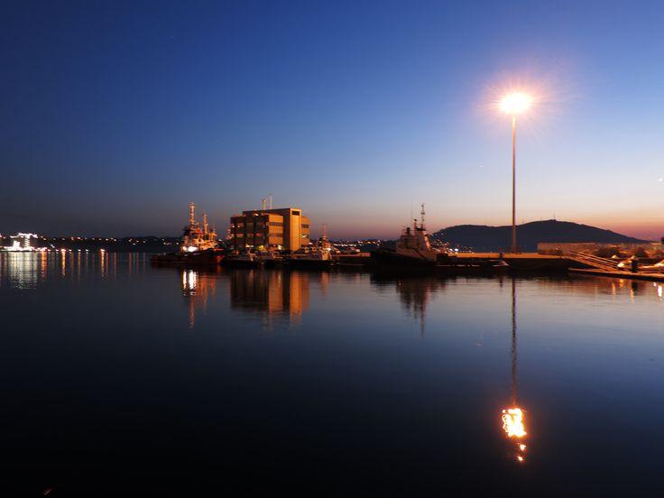 Puerto de El Ferrol. Mugardos al fondo.