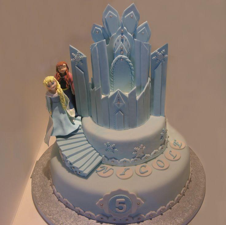 Torta castello Frozen #tortafrozen #castellofrozen#frozenicecastle #tortacastellofrozen#tortacompleanno #frozen #elsafrozen #tortapdz #frozencake #instacake #sugarartist #fondantfrozencake #sugarart #geburtstagstorte