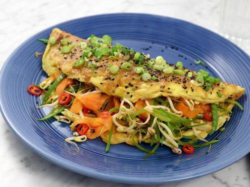 Snabb omelett med grönsaker, sesam och ingefära