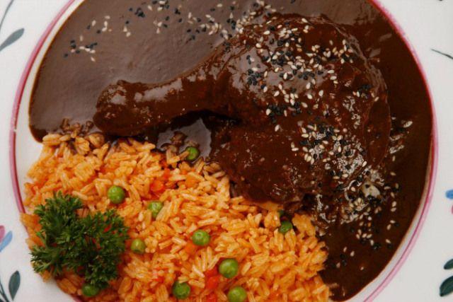 Receita de arroz à mexicana, que leva tomate, caldo de frango, cenoura, ervilha, coentro, pimenta jalapeño...