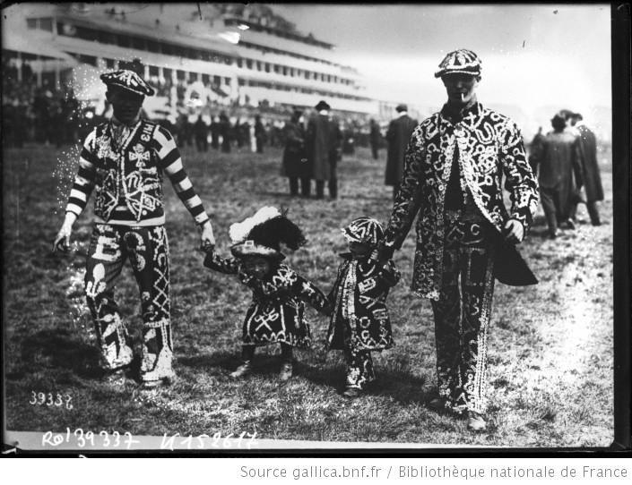 [27-5-14], Derby d'Epsom, le roi des perles d'Hoxton [couple d'adultes déguisés tenant par la main deux enfants déguisés] : [photographie de presse] / [Agence Rol] - 1