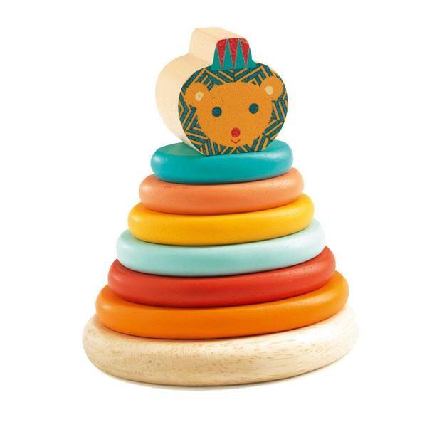 Fin lille stabelpyramide i træ fra Djeco. Et helt fantastisk stykke legetøj, hvor barnet skal lægge de farvede skiver oven på hinanden og slutte af med løvens h