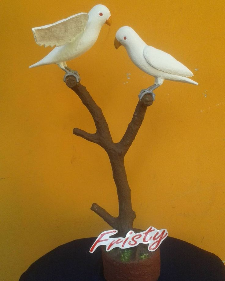 """Ready bos ku ! Yuk di order lovebird lovers. Untuk mempercantik ruangan tamu anda. Memperindah suasana rumah anda. Untuk harga chat aja gak usah ragu barang terbatas luar Bandung bisa kirim paket""""an. Cp: u/ pemesanan bisa invite 5CC6326A or sms : 087822168822 past respons #lovebird  #lovebirds #lovebirdbrand #lovebirdbandung #patung #patungkarikatur #patunglucu #patungburung #hiasanrumah #hiasan #hiasanrumahunik #hiasanrumah #fristy #furniture by ivanheldyhartono"""