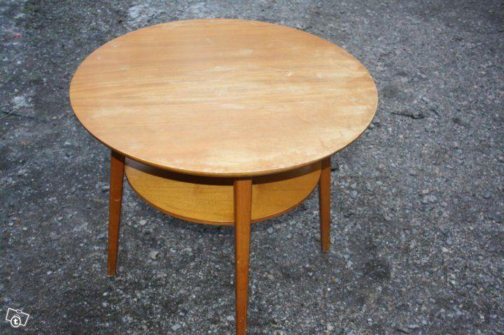 Vanha koivuinen pyöreä pöytä alatasolla 1950-luku