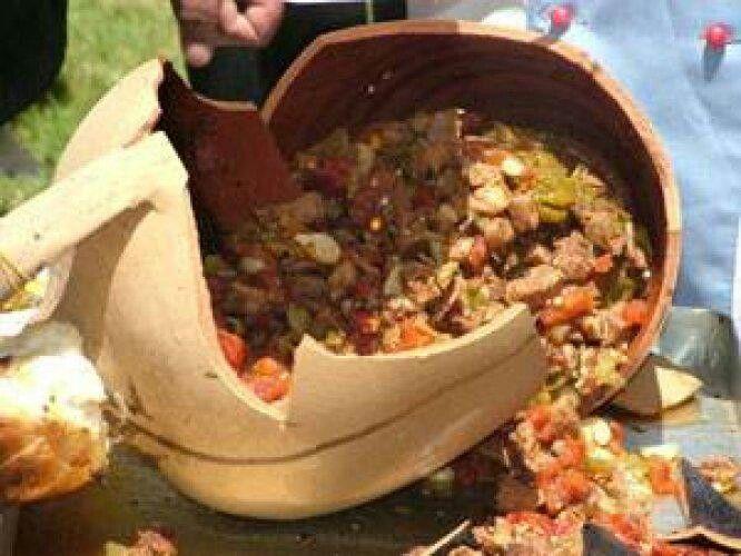 Yozgat usulü testi kebap'ı ustamız özenle kırdı ve yememiz için hazırlanıyor... Öglen yemegim :-)
