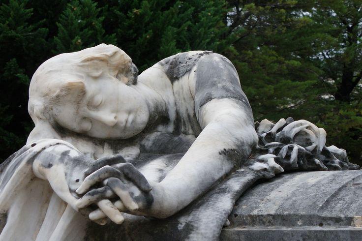 En el Cementerio puede apreciarse una evolución en los estilos artísticos desde el eclecticismo, hasta los historicismos o revivals, al modernismo de corte nouveau y sezession y, finalmente, a ejemplos de art déco y racionalismo. #Alcoy #Alcoi Ruta Europea de #Cementerios
