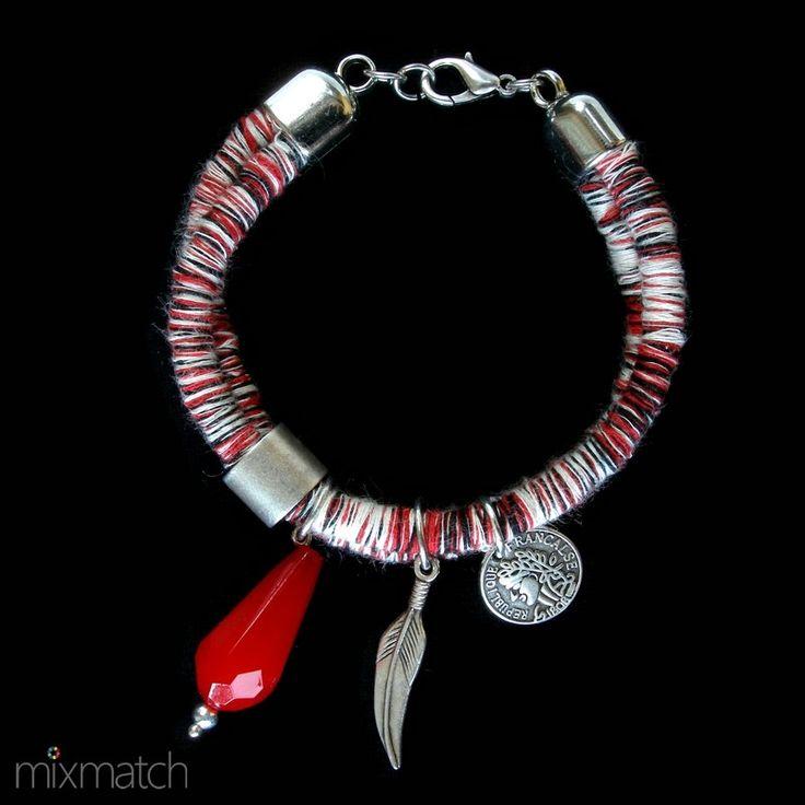 Βραχιόλι από πλεχτό κορδόνι με μεταλλικά μοτίφ σε ασημένιο χρώμα και ακρυλική κόκκινη σταγόνα.