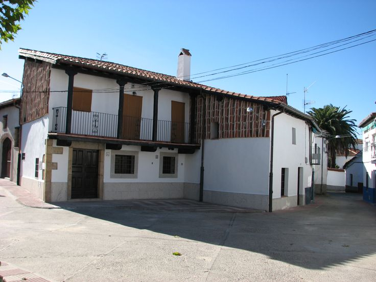 Aldeanueva del Camino es un pueblo cómodo para pasear donde encontrarás lindas casas e iglesias y puentes romanos.
