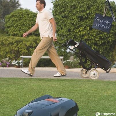 Tu ti dedichi allo sport, finchè Automower taglia l'erba.