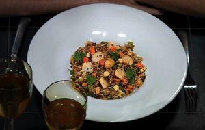 Prato feito com arroz basmati leva legumes variados e molho de soja e ostras