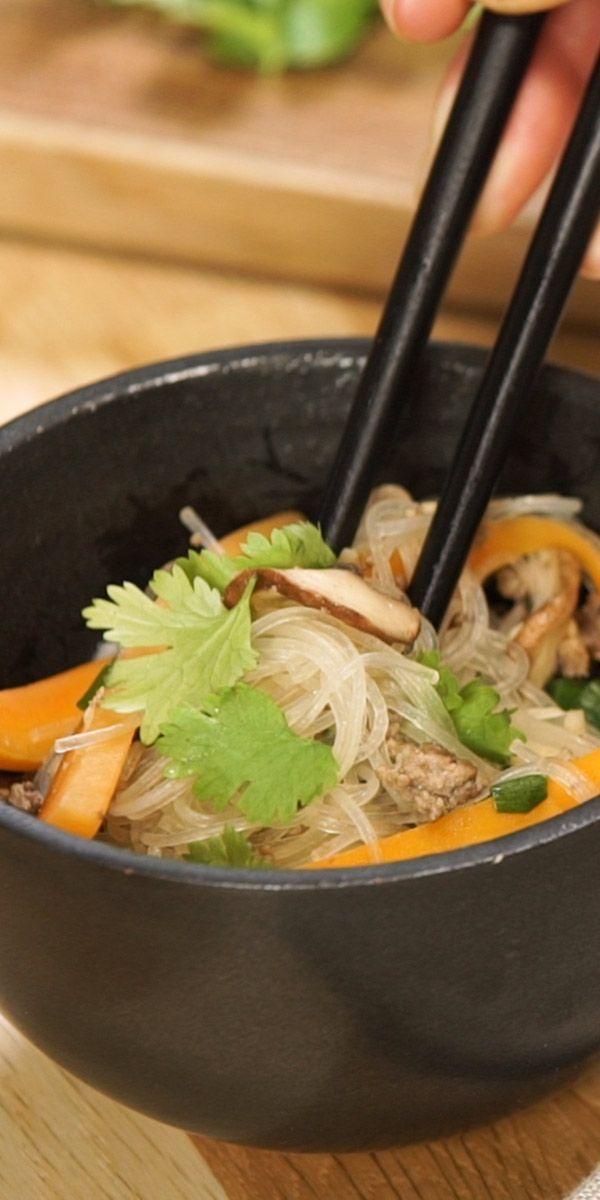 Unser Glasnudelsalat mit Hackfleisch ist mal etwas anderes als der klassische Nudelsalat. Frische Champignons, Rinderhackfleisch, Ingwer und Teriyaki Sauce machen dieses Low Carb-Gericht zu einem unglaublich leckeren Geschmackserlebnis! Guten Appetit.