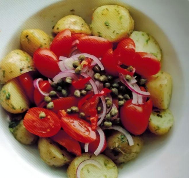 Salát s pečenými bramborami, rajčátky a kapary - Babinet.cz