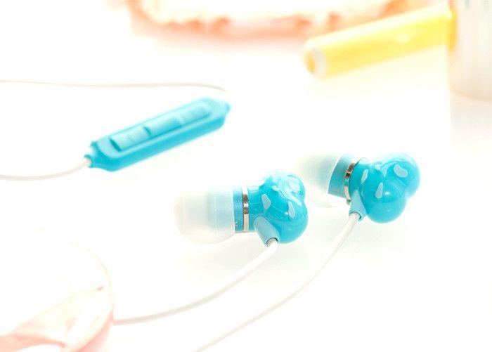 Escucha tu música favorita sin interrumpir a los demás y con estilo. Estos fantásticos auriculares pequeños, con diseño ergonómico, se ajustan a los oídos de forma natural y cómoda. Controla el volumen de reproducción de tu música y/o vídeos. Traen un micrófono incorporado y un botón de control que permite contestar/colgar llamadas. Colores disponibles: azul y rosado.