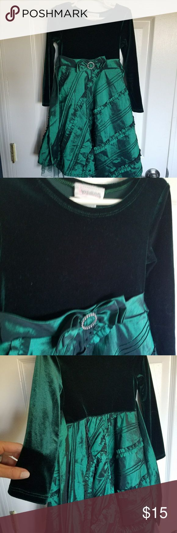 Green Girls Dress with velvet top size 5 Green velvet dress with organza like material skirt  Worn once  Comes from a smoke free home   Make me an offer  Bundle and save  Brand: Youngland Youngland Dresses