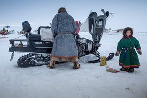 Um homem Nenets prepara sua motocicleta de neve.  Fotografia: Agência Anadolu / Getty Images.