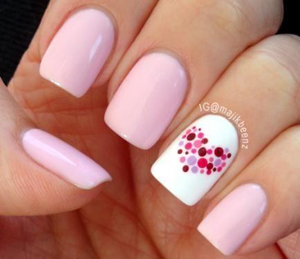 Pink acrylic nail art with a little heart - Diseños de uñas acrilicas estilo de corazón y rosa