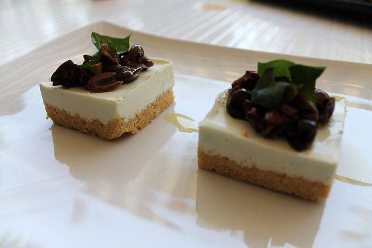 Blu aragosta: Cheesecake salata con burrata e olive taggiasche