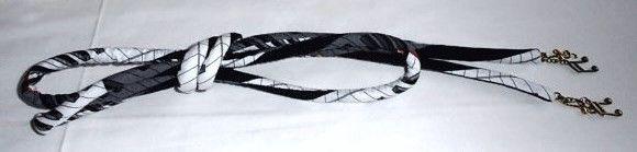 表・USAコットンピアノ鍵盤柄 綿100%黒白のコントラストがお洒落です。芯は新品の毛糸を使ってます。1.5cm幅丸絎け長さ1m70cm房の替わりにチャームを...|ハンドメイド、手作り、手仕事品の通販・販売・購入ならCreema。