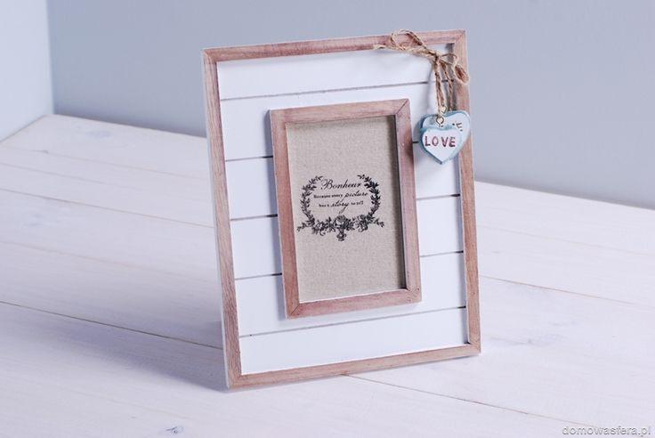 Drewniana ramka w białym kolorze. Jej piękną ozdobą są małe wiszące serduszka. Ramka na zdjęcie o wymiarach 9 x 13 cm. Idealny prezent dla rodziców, pary lub ukochanej osoby.