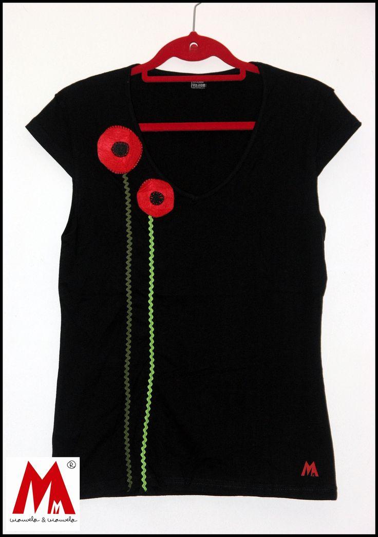 Camiseta decorada con amapolas de fieltro.