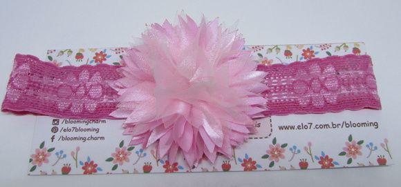 Faixa de renda de elastano rosa com flor de cetim e organza rosa claro.