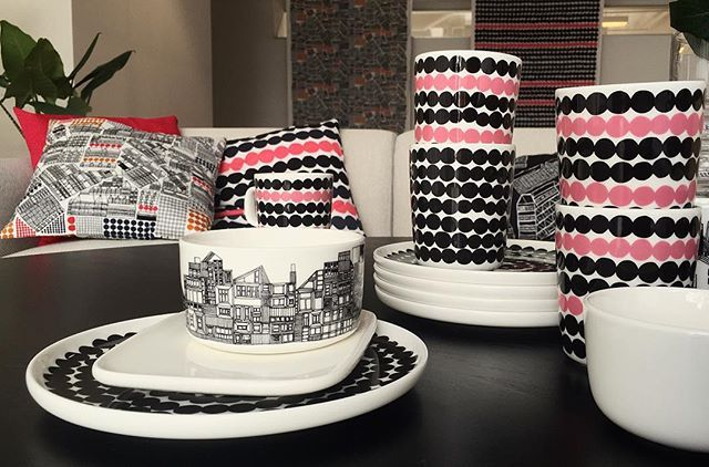 Rasumatto with a dash of pink - yes please. // #marimekko #marimekkohome #oiva // Siirtolapuutarha Oiva (tableware) news online and in stores globally.