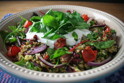 Sommer-Salat mit Grünkern, Ofentomaten & griechischem Joghurt