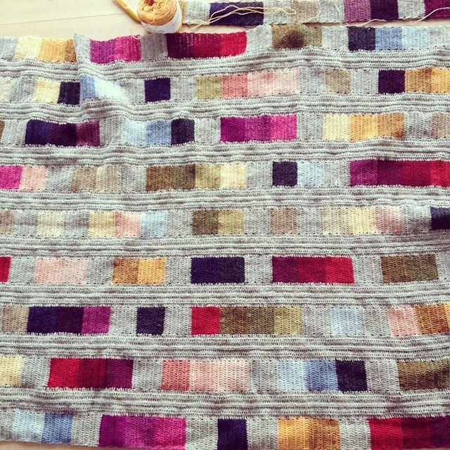 Så har jeg gang i den 10 bane. #coloursandsquares #littlethingsinlife #blanket #lovecrochet #ganchillo #hekledilla #hækle #hæklet #virka #virkadfilt #hæklettæppe #crochetblanket #crochetersofinstagram #instacrochet #mithækleprojekt #lisefranck
