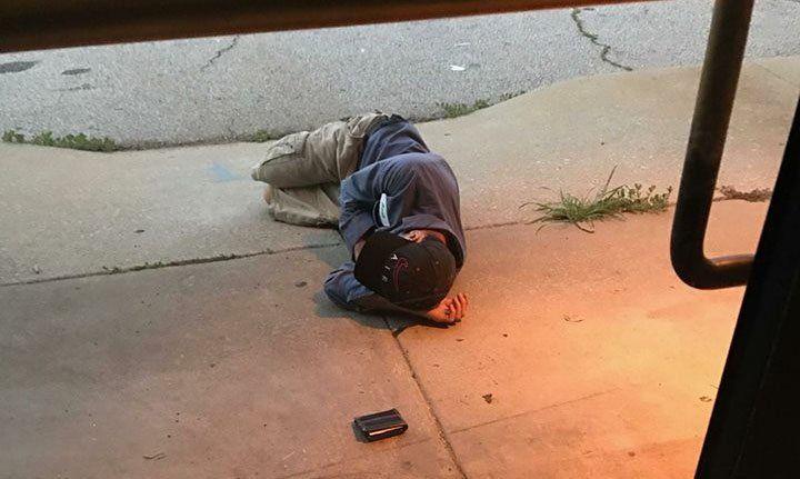 Un joven sin hogar fue encontrado acurrucado en la puerta de un refugio de animales, esperando encontrar en ese lugar a su perrita perdida