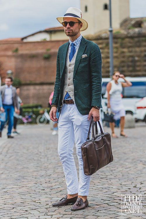 緑リネンジャケット×ホワイトパンツ×茶タッセルローファー