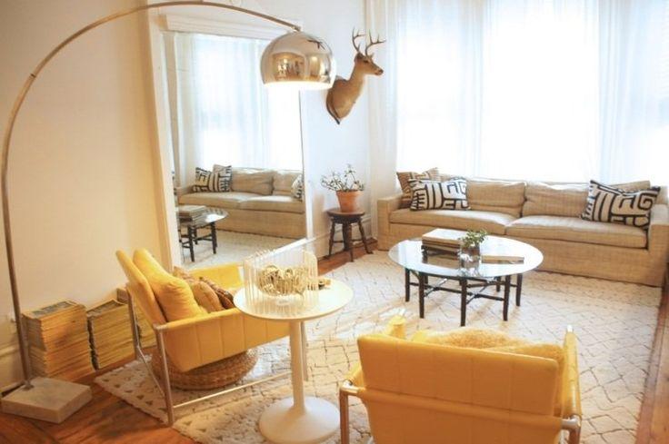 Ikea salon avec canapé droit rembourré chaises en jaune et tables basses rondes