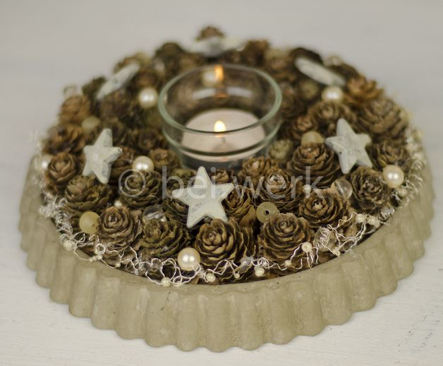 kerststuk - taart (vlaai) van beton opgemaakt met dennenappels, sterretjes en parels, kaars in het midden