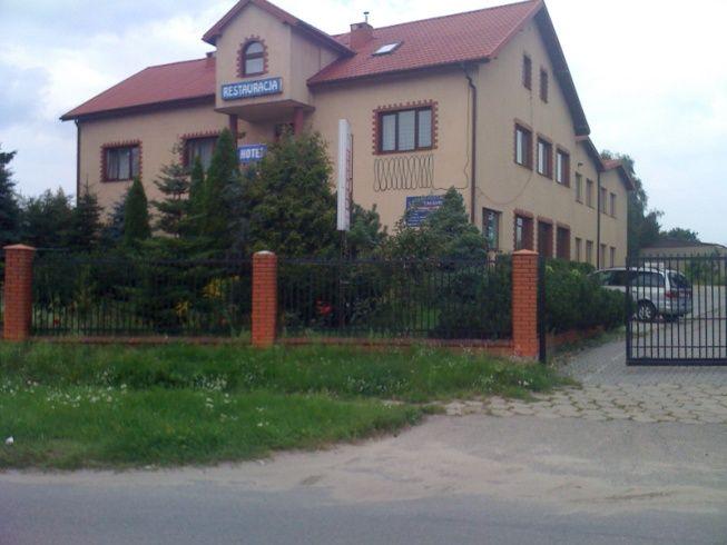 Lokalizacja: Ciechanów Składam ofertę sprzedaży obiektu hotelowo-gastronomicznego w Ciechanowie, przy ul. Niechodzkiej 6, składającego się z: 1. Nieruchomości gruntowej o pow. 4.541 m2, Nr Księgi Wieczystej 23848, 2. Obiektu hotelowo-gastronomicznego o pow. 1.103 m2, w tym:  2 sale bankietowe na 180 osób,  2 sale restauracyjne,  25 pokoi hotelowych z łazienkami,  Apartament