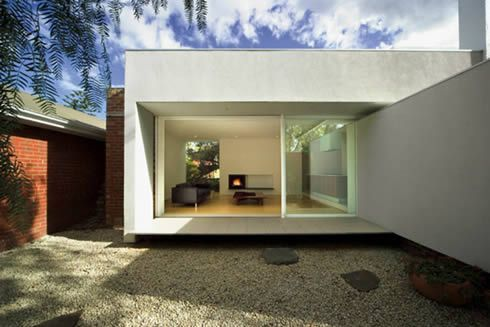 Located in Melbourne, Australia, Malvern House (first built in the early 30s) is an amazing design exercise by Greg Gong, who managed to turn it into a hig