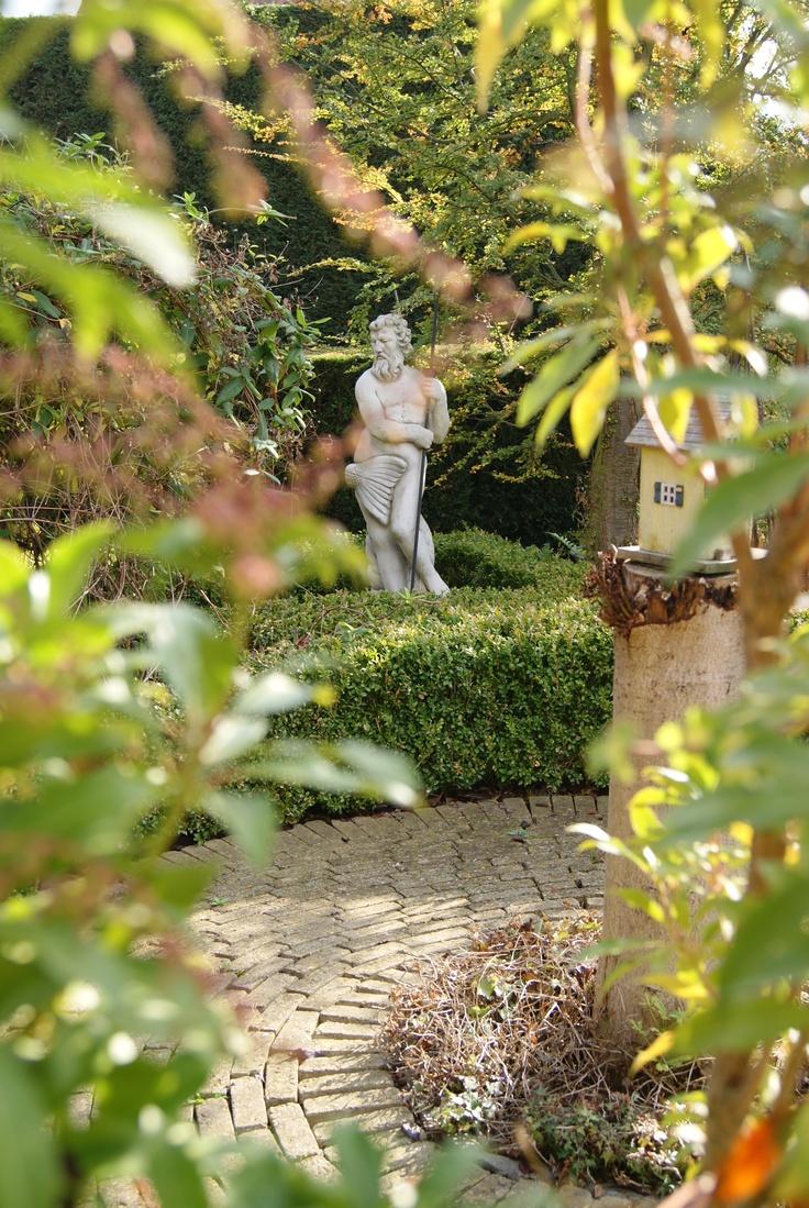 Neptunus.....verscholen, maar een van mijn favorieten in de tuin