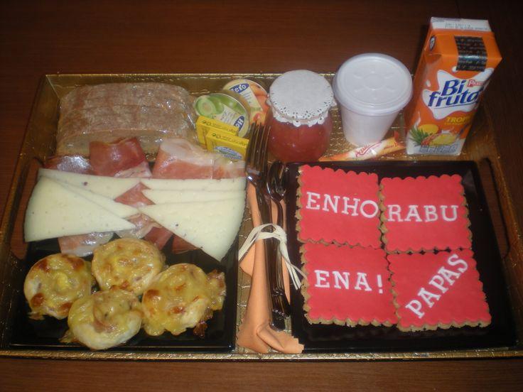 Desayuno para sus papás para celebrar su Aniversario!    Hojaldres de bacon y queso, jamón, queso, tomate rallado, pan tostado, mantequilla, mermelada, 4 galletas decoradas, un biofrutas y un café. Todo en una elegante bandeja.