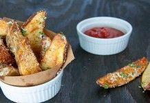 Запеченные картофельные дольки.  Эта закуска приведет в восторг всех любителей картошки. Подайте картофельные дольки с любимым соусом и наслаждайтесь.