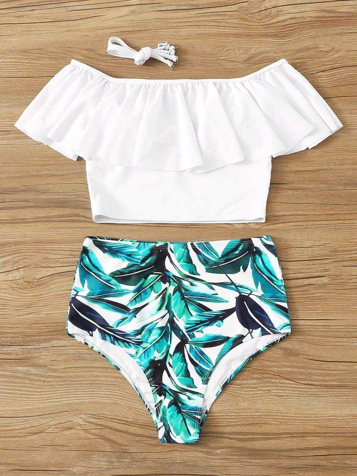 Weißes Badeanzugoberteil mit Volant und Bikiniunterteil mit türkisfarbenem Blattmuster