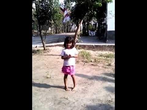 Penampakan Gadis Kecil Cantik di siang bolong..