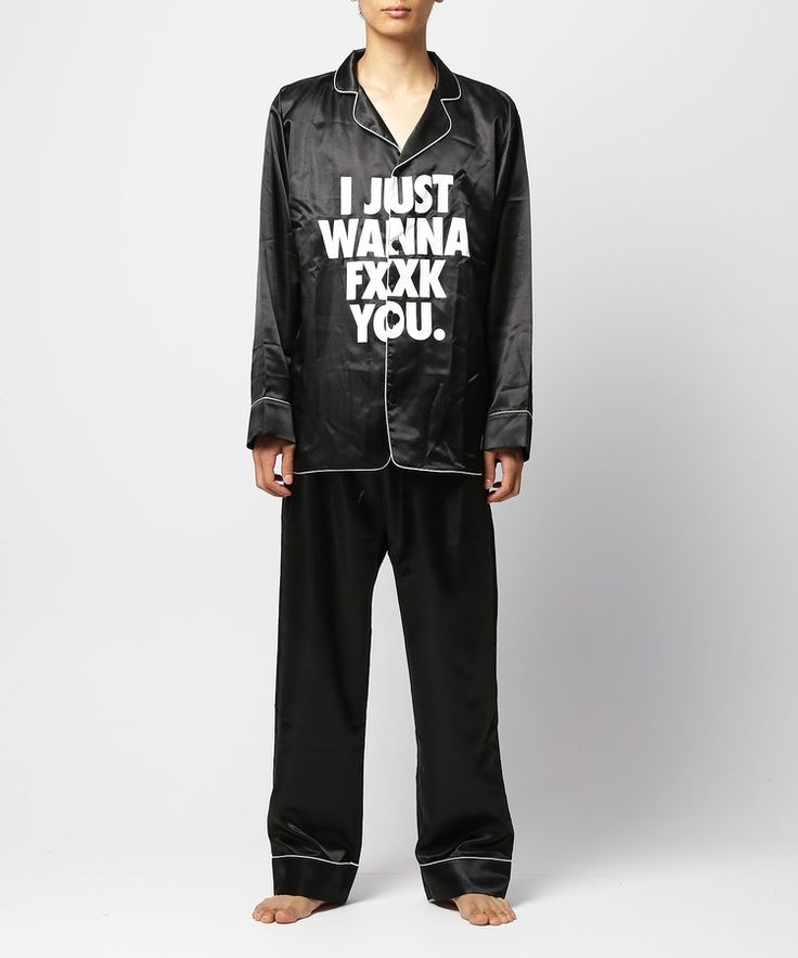"""#FR2 loungewear series. Serious message pajamas.  Will ship the item with original DIY gift kit.   FR2のルームウェアシリーズ。<BR>こちらは、さらっとしていて滑らかな肌触りのサテン地を使用したパジャマ。フロント中央に""""I JUST WANNA FXXK YOU""""のプリントを入れ、パンツのヒップ部分には""""GO HOME""""のプリント入り。寝具ながら遊び心たっぷりなのも魅力的。カラーはホワイトとブラックのモノトーンカラーの2色展開。恋人や夫婦でお揃いで使うことも想定し、Sサイズは女性の方でも着ることが出来るサイズ設定になっています。<BR>また、限定のオリジナルギフトキット(ギフトボックス、リボン、シール)が全てセットになっていてプレゼントとしても対応。ギフトキットはこちらのシリーズの為に製作されたゴールドアイコンのエンボス入りのボックス、Tシャツやステッカーでもお馴染みの""""CAUTION""""の文字が入ったイエローリボン、""""I JUST WANNA FXXK ..."""