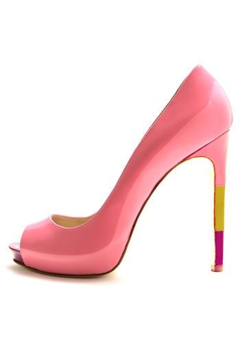 """Open toe in vernice rosa con tacco """"tricolor"""".    Fashion tip: Perfetta se hai voglia di divertirti con le nuove nuances ovvero il rosa insieme al giallo mastice oppure il verde con l'azzurro avio chiaro. Chloe e Marni fanno scuola.    Di: Max Kibardin"""