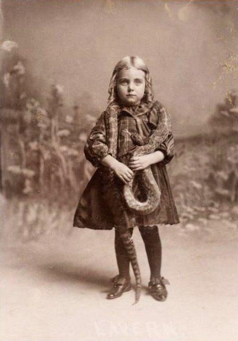 snake charmer...: Girls Snakes, Snakes Charmer, Odd Vintage Photo, Vintage Photographers, Creepy Photo, Vintage Photography, Old Photo, Vintage Photoscircusetc, Antiques Photographers