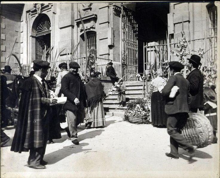 Iglesia de San José, en la Calle Alcalá, a la salida de misa (hacia 1900)