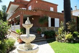 Villa très spacieuse et confortable pour 14 personnes avec piscine privée, salle de fitness, internet (wifi). La villa convient parfaitement aux familles avec enfants et aux groupes d'amis.