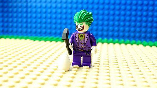 レゴ スーパーヒーローズ ムービー作品 Lego Hulk T-Rex Attack : briQle よりハルクとジョーカーのミニフィギュアティラノサウルスのレゴフィギュアを使った動画作品が公開しています