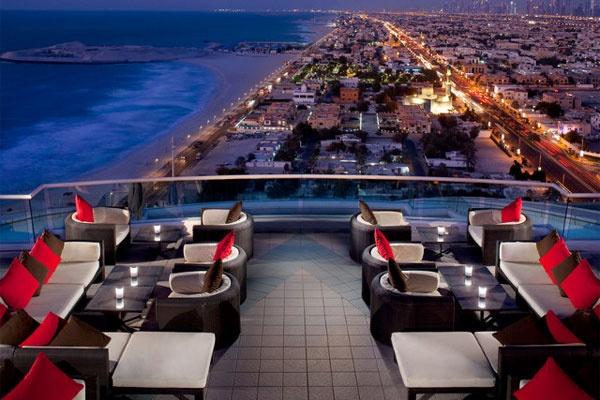 Uptown Bar - Jumeriah Beach Hotel  Dubai, Verenigde Arabische Emiraten  Op de 24ste verdieping van dit hotel hebt u een ongelooflijk uitzicht op het strand van Jumeriah, maar ook op het Burj al Arab, dat zichzelf het enige zevensterrenhotel ter wereld noemt.  Meer info? www.jumeirah.com