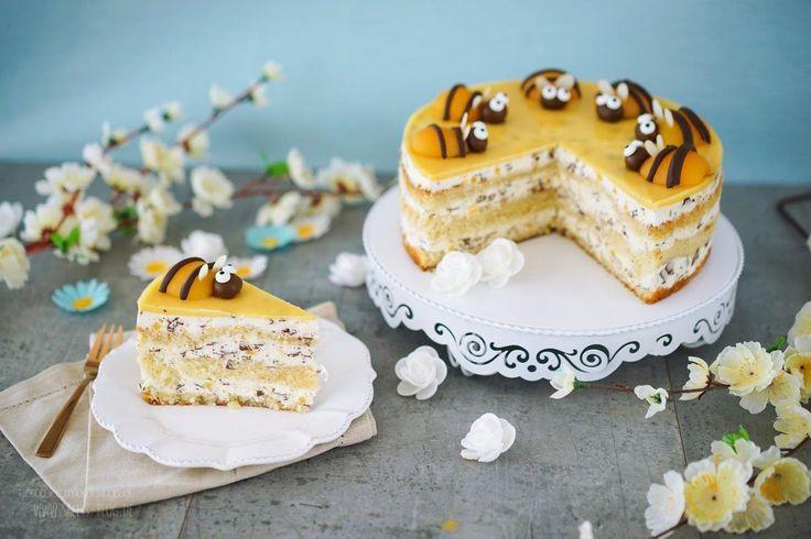 In dieser Torte steckt der Sommer! Die Buttermilch-Stracciatella Torte ist gefüllt mit fruchtigen Pfirsichstücken und dekoriert mit Pfirsich-Bienen.